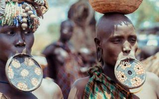 Тарелки в губах – странные обычаи народов